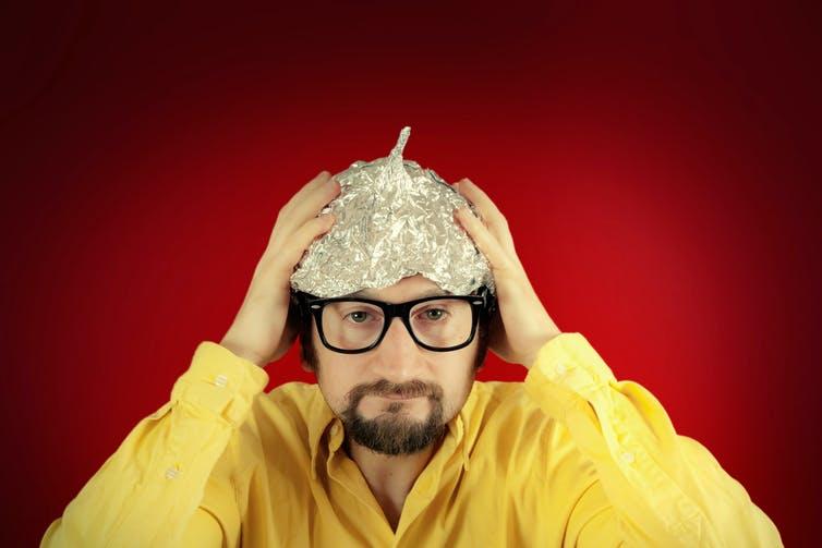 Teórico de la conspiración estereotipo en sombrero de papel de aluminio.