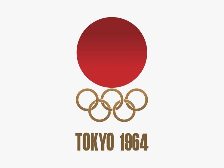 Sol naciente de Japón en la cima de los anillos olímpicos.